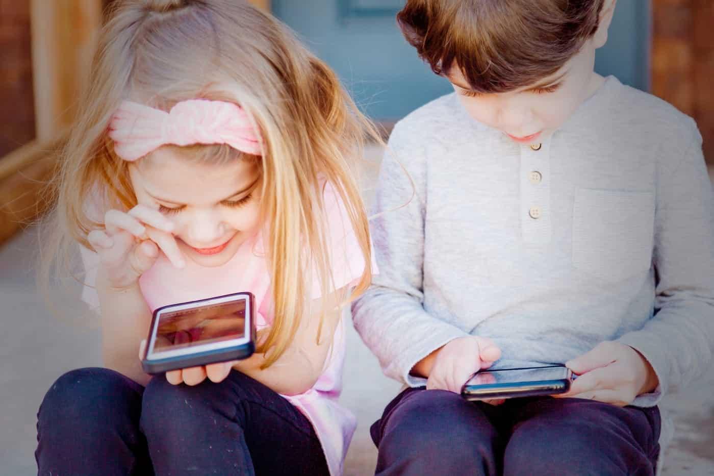 Crianças a usar telemóvel