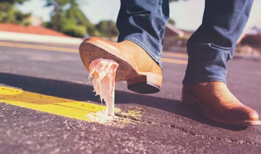 Chiclete colada no sapato