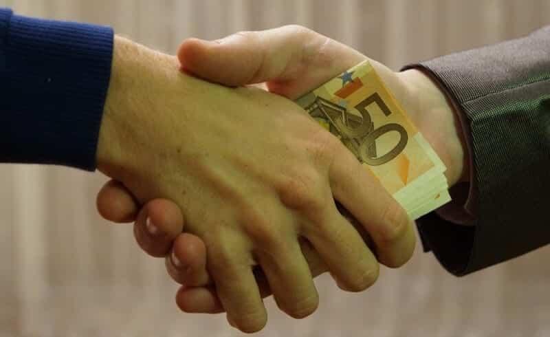 Dinheiro a passar de mão e mão