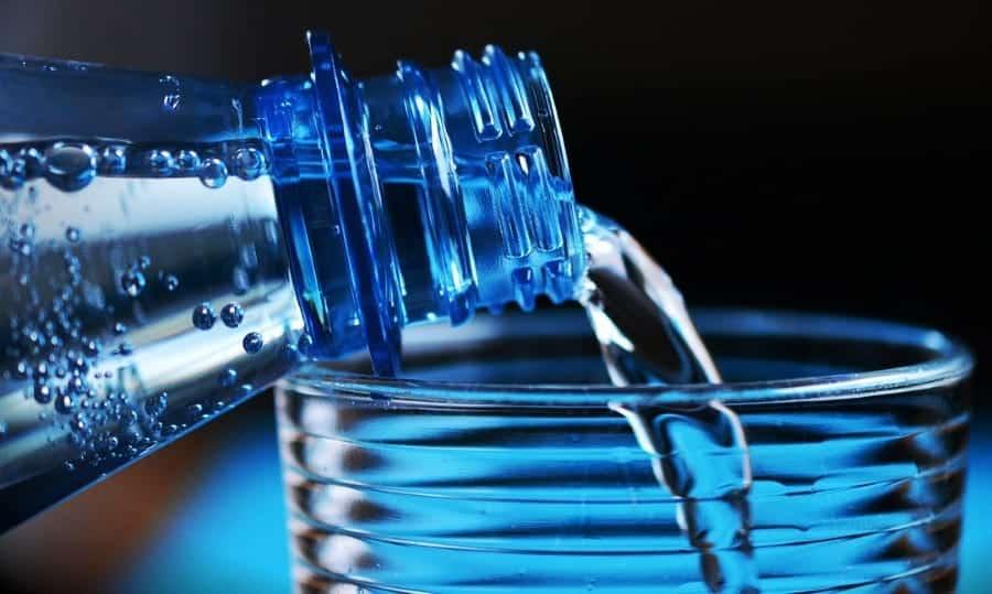 garrafa de água gaseificada