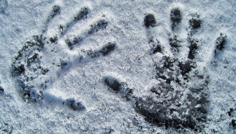 Marca de mãos num vidro com neve