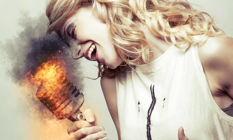 mulher-cantar-fogo